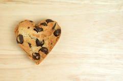 在木背景的心脏甜曲奇饼 库存图片