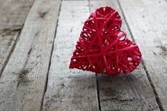 在木背景的情人节红色心脏 免版税库存照片