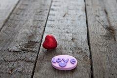 在木背景的情人节红色心脏 库存图片