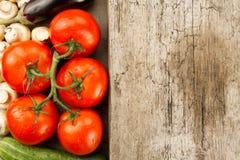 在木背景的成熟新鲜蔬菜 健康吃的,饮食象 免版税图库摄影