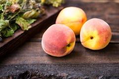 在木背景的成熟桃子 特写镜头 免版税库存图片