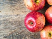 在木背景的成熟水多的红色苹果 库存图片