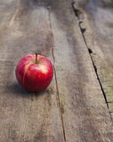 在木背景的成熟红色苹果 免版税库存图片