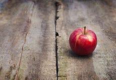 在木背景的成熟红色苹果 免版税库存照片