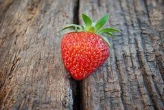 在木背景的成熟红色草莓 免版税图库摄影