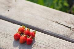 在木背景的成熟草莓在村庄 暑假的概念 库存图片
