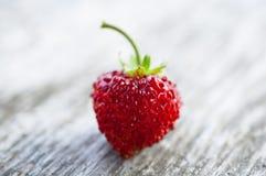 在木背景的草莓 免版税库存图片