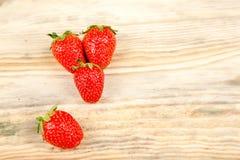 在木背景的成熟草莓 库存图片