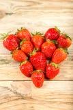 在木背景的成熟草莓 免版税库存照片