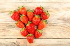 在木背景的成熟草莓 免版税库存图片