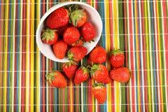 在木背景的成熟草莓 库存照片