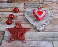 在木背景的手工制造圣诞节装饰 图库摄影