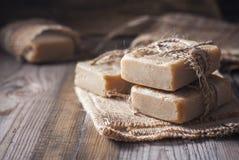 在木背景的手工制造肥皂 免版税库存照片