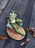 在木背景的手工制造青蛙 图库摄影