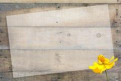 在木背景的抽象花 免版税库存照片