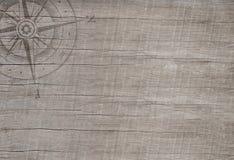 在木背景的指南针旅行概念的。 库存图片