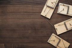 在木背景的捕鼠器 免版税库存照片