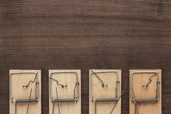 在木背景的捕鼠器 免版税库存图片