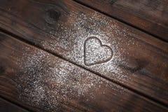 在木背景的搽粉的糖心脏 免版税库存照片