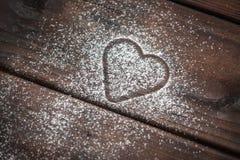 在木背景的搽粉的糖心脏 图库摄影