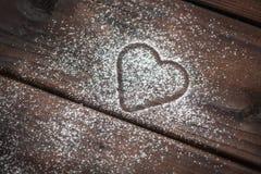 在木背景的搽粉的糖心脏 免版税图库摄影