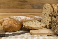 在木背景的整个五谷面包 库存图片