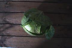 在木背景的新圆白菜头 图库摄影