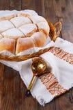 在木背景的新近地被烘烤的土气面包 免版税库存照片