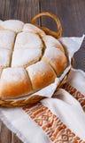 在木背景的新近地被烘烤的大面包 免版税库存照片