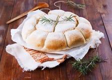 在木背景的新近地被烘烤的澳大利亚制音器大面包 免版税库存照片