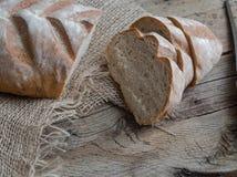 在木背景的新近地被烘烤的面包 免版税图库摄影