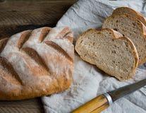 在木背景的新近地被烘烤的面包 库存图片