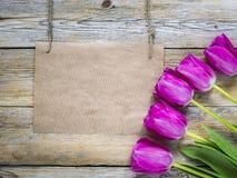 在木背景的新鲜的五颜六色的郁金香与拷贝的卡片 库存照片