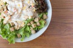 在木背景的新鲜的健康沙拉与大方的本体空间 库存图片