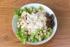 在木背景的新鲜的健康沙拉 免版税图库摄影