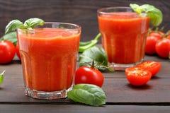 在木背景的新鲜的健康蕃茄圆滑的人汁 免版税库存照片