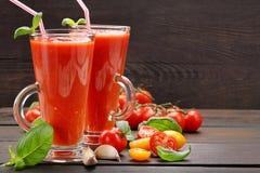 在木背景的新鲜的健康蕃茄圆滑的人汁 库存图片
