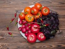 在木背景的新鲜的开胃菜 一种健康生活方式的概念 免版税库存照片