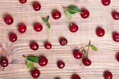 在木背景的新鲜的成熟樱桃 顶视图 免版税库存图片