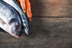 在木背景的新鲜的抓住鱼 图库摄影