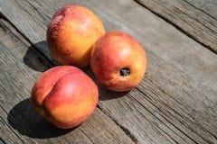 在木背景的新鲜的桃子 库存图片
