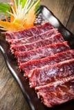 在木背景的新鲜的牛肉外部裙子 库存照片