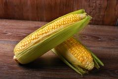 在木背景的新鲜的甜玉米 库存图片