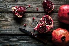 在木背景的新鲜的石榴 有机物,果子,食物 免版税库存图片
