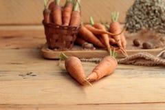 在木背景的新鲜的红萝卜 库存照片