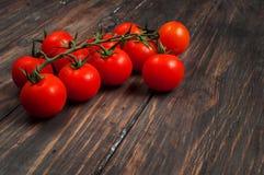 在木背景的新鲜的西红柿 免版税库存照片