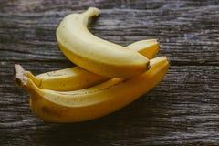 在木背景的新鲜的香蕉 库存照片