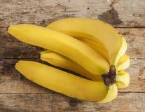 在木背景的新鲜的香蕉 库存图片