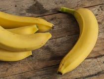 在木背景的新鲜的香蕉 免版税库存照片