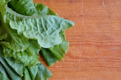 在木背景的新鲜的绿色莴苣 免版税库存图片
